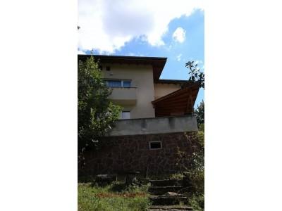 Масивна къща в с. Селищен дол