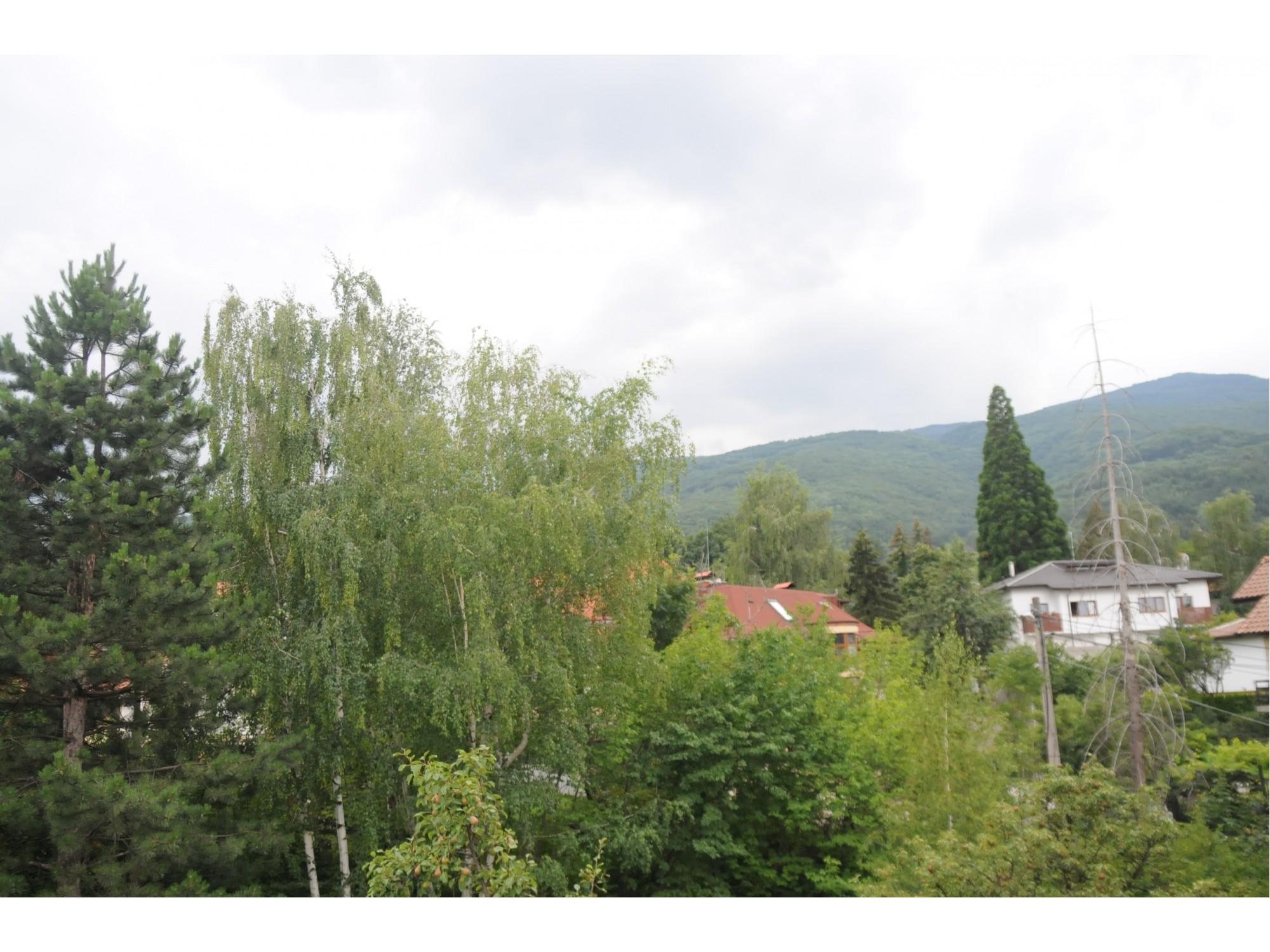 Обширен имот със собствена градина в малка бутикова сграда в Драгалевци