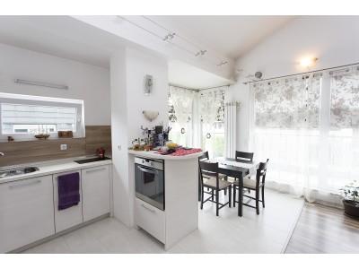 Артистичен, луксозно довършен тристаен апартамент в Манстирски ливади