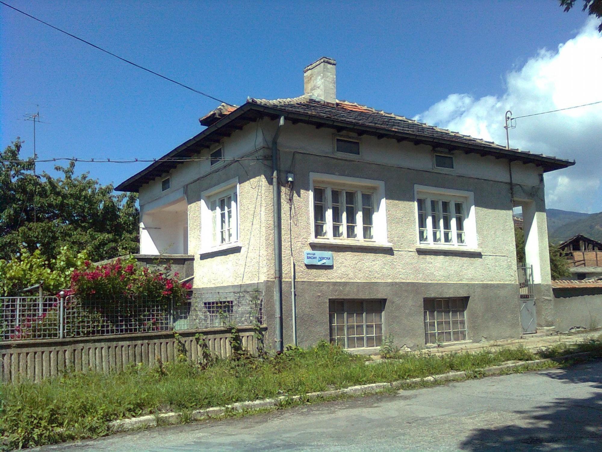 Просторна, масивна къща в гр.Златица